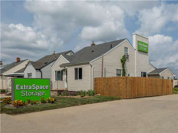 Image of Extra Space Storage Facility on 1928 London Ave in Lincoln Park, MI