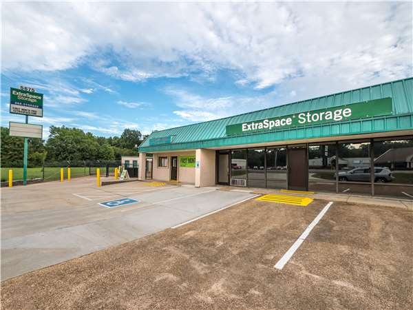 Image of Extra Space Storage Facility on 5675 Summer Ave in Memphis, TN