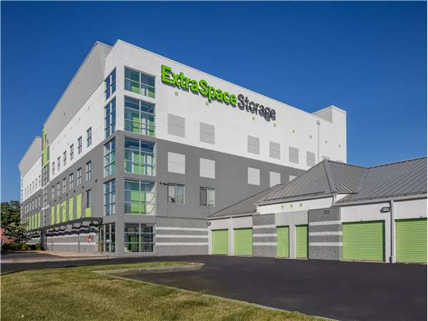Image of Extra Space Storage Facility on 590 Revere Beach Pkwy in Revere, MA